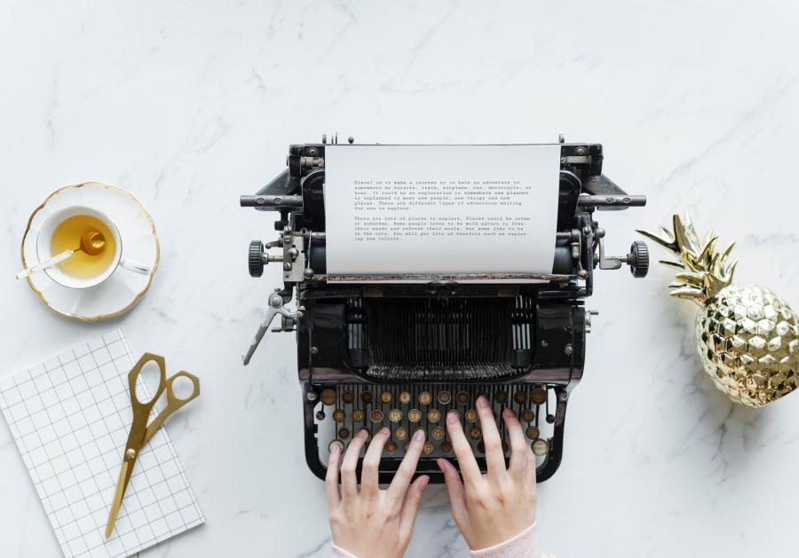 hænder ved skrivemaskine