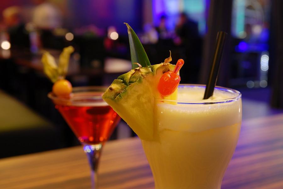 Få inspiration til klassiske drinks og farvestrålende cocktails