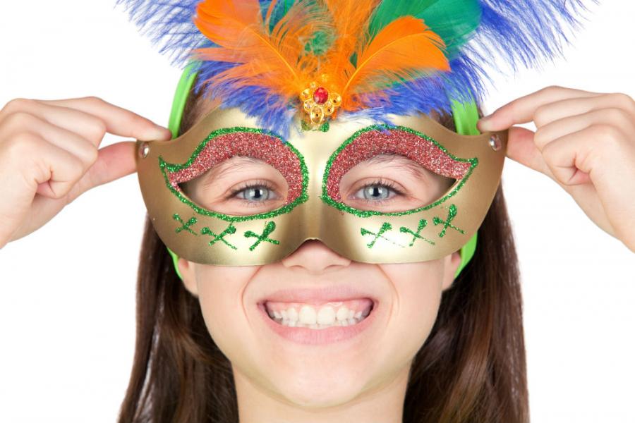 Pige med fastelavnsmaske: Colourbox