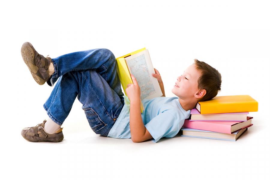 Dreng læser