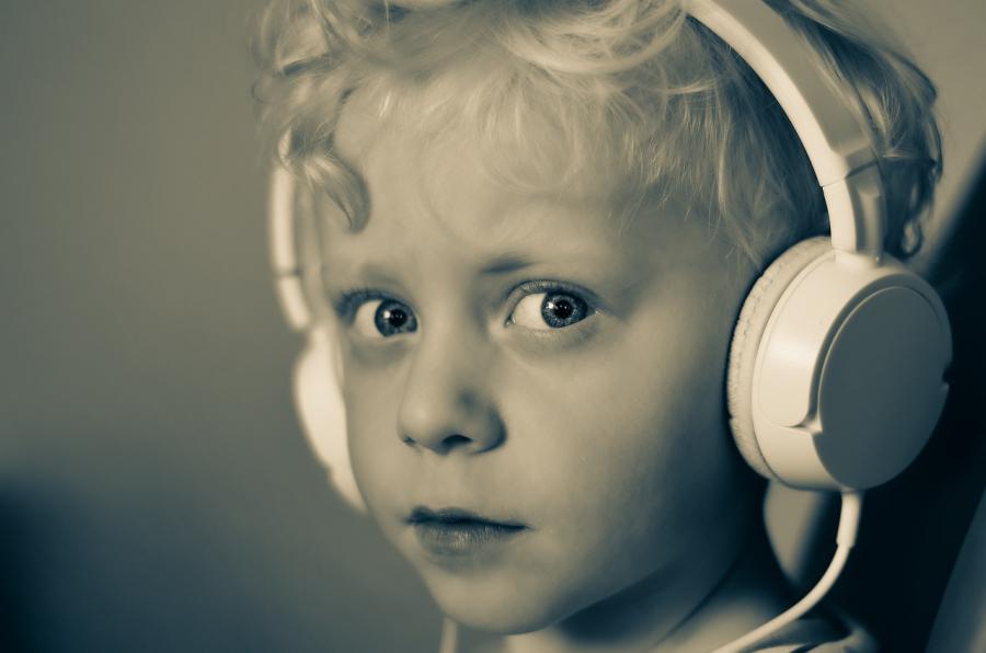Dreng med høretelefoner