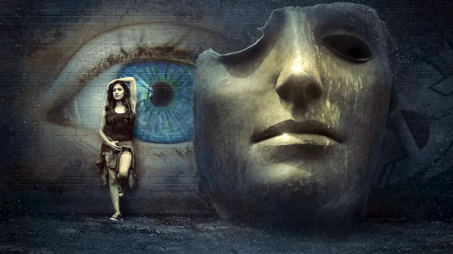 Pige op ad mur med maleri af et øje: Billede af Stefan Keller fra pixabay.com
