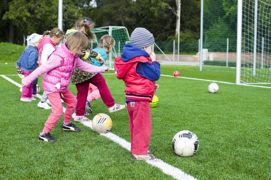 Børn der spiller fodbold