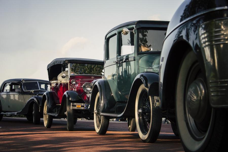 Parade med gamle Ford-biler