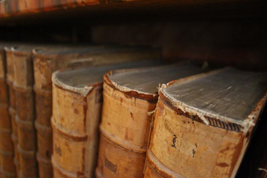 Gamle bøger på en hylde