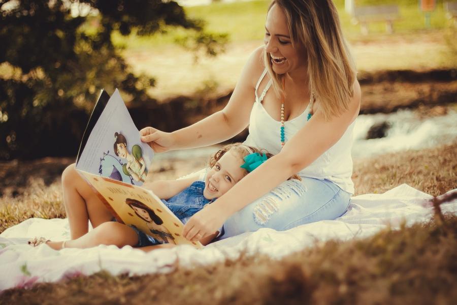 Mor læser højt for sin datter