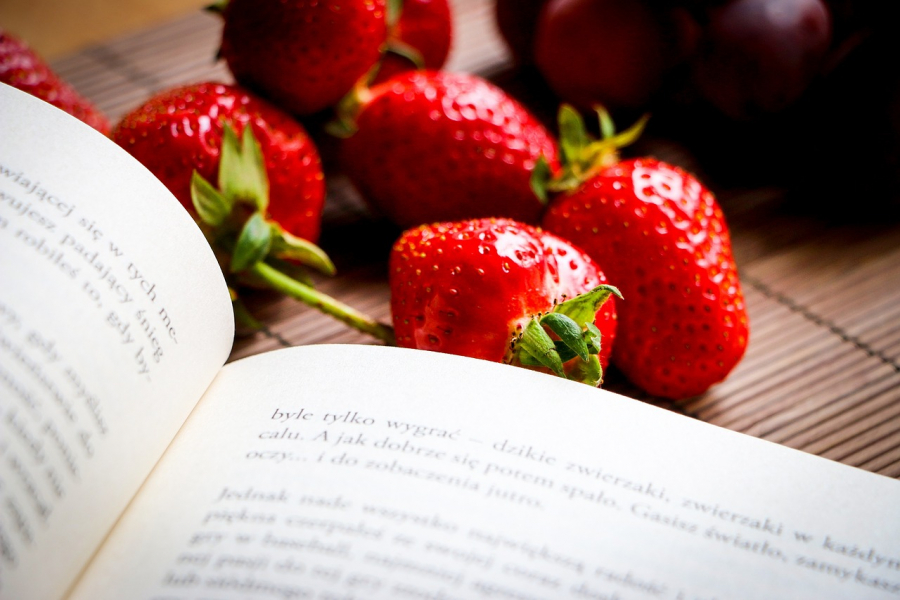 En bog og jordbær