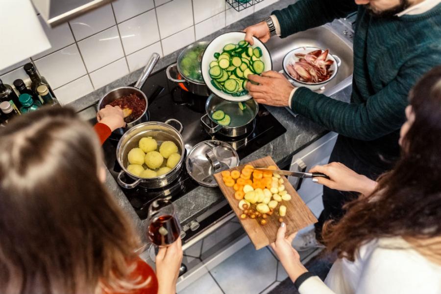 børn er med til at lave mad