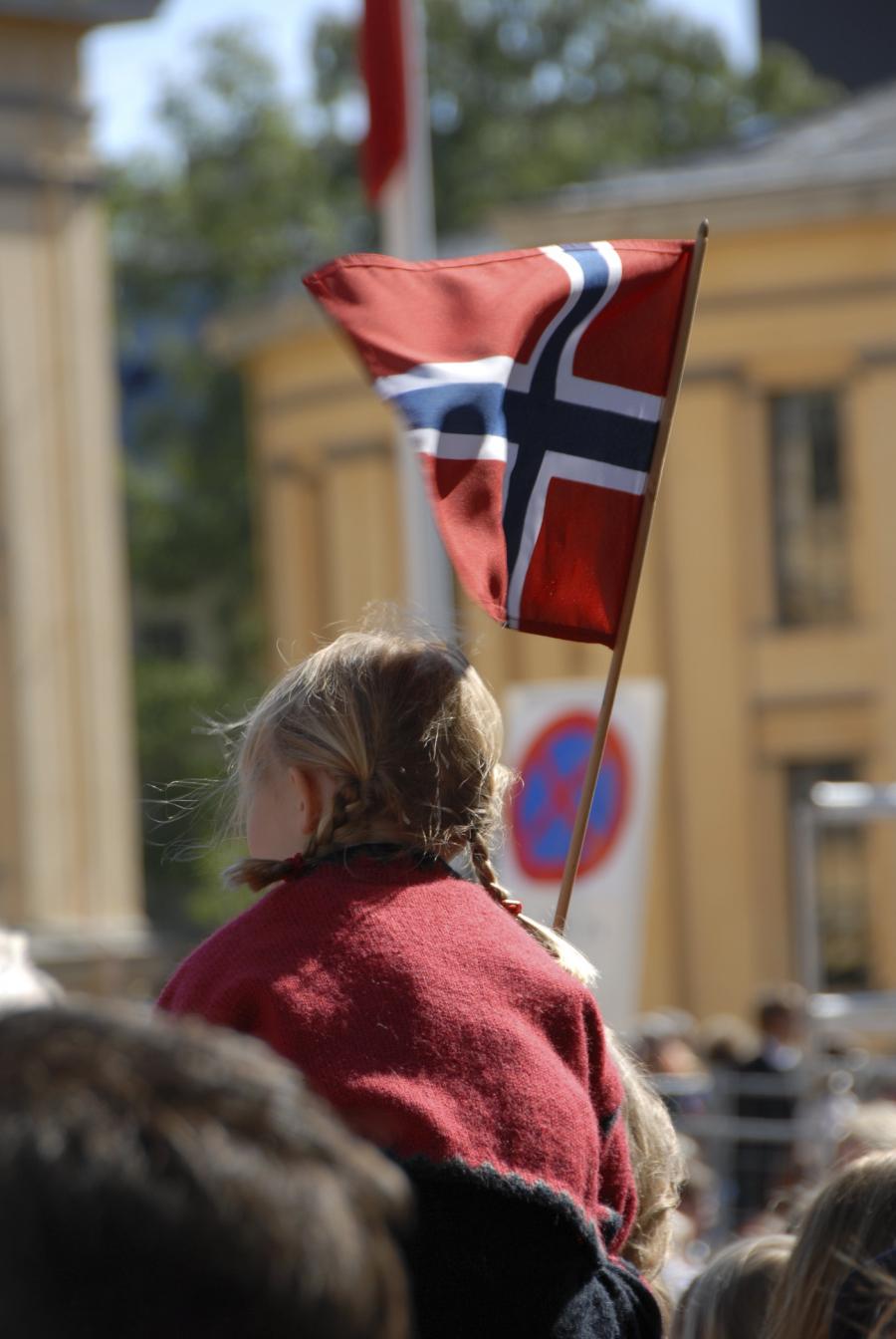 Pige med norsk flag