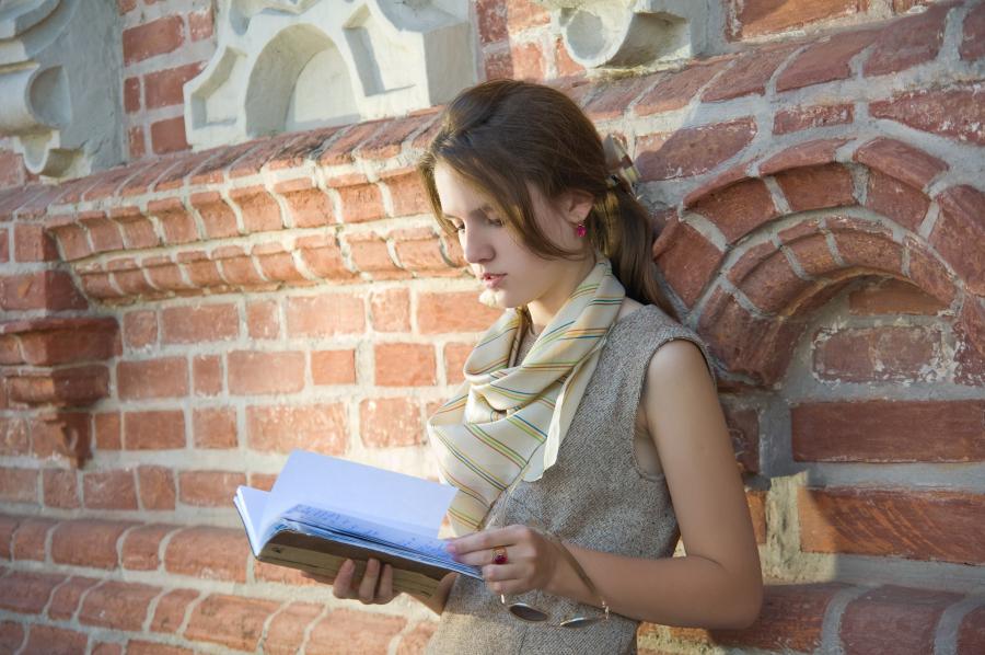 En pige står og læser