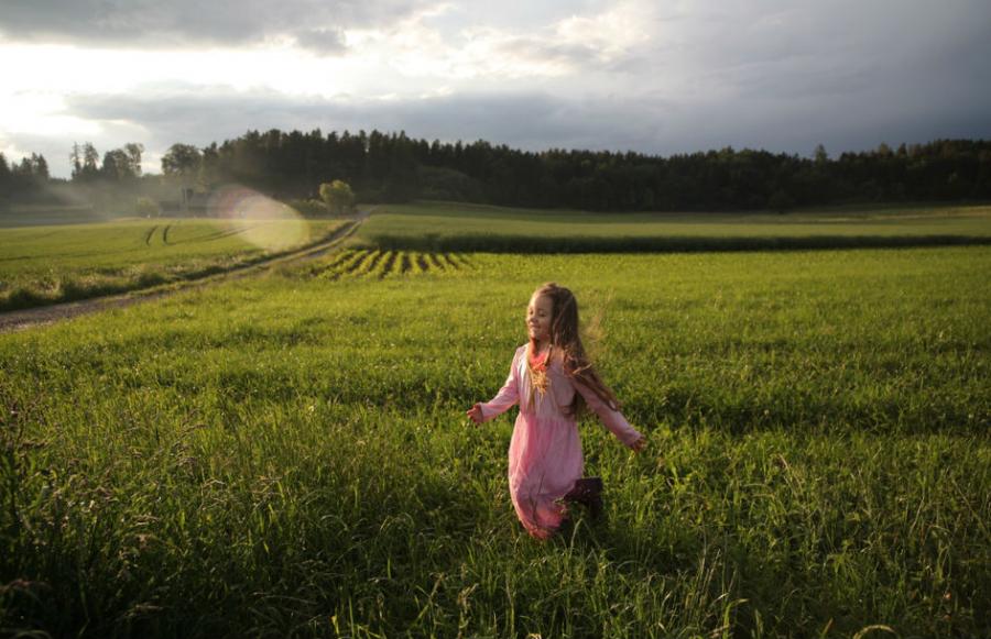 Pige på en græsmark: Photo by Jonas Mohamadi from Pexels