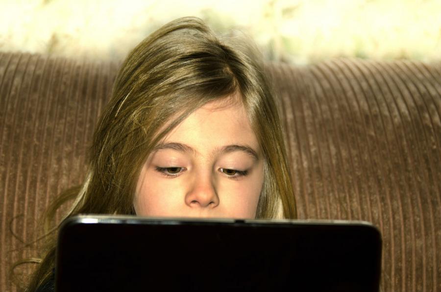 Pige med tablet: Colourbox