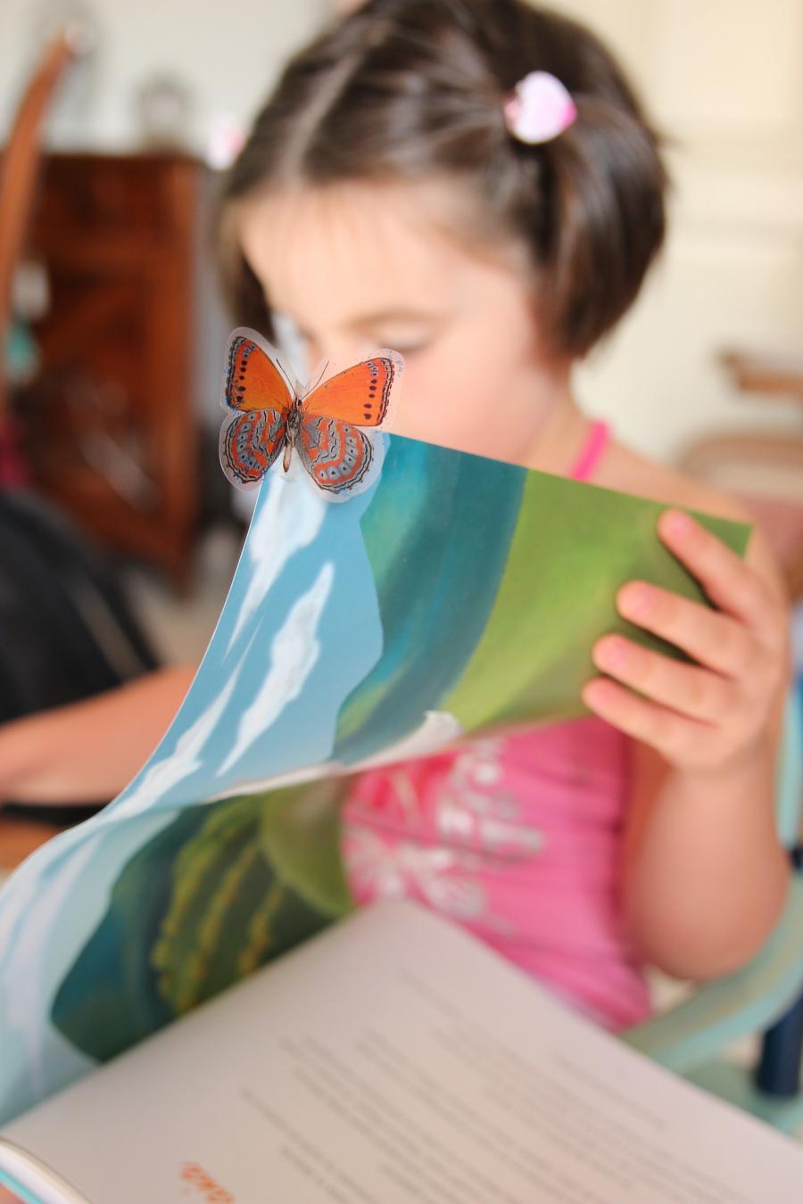Pige læser billedbog