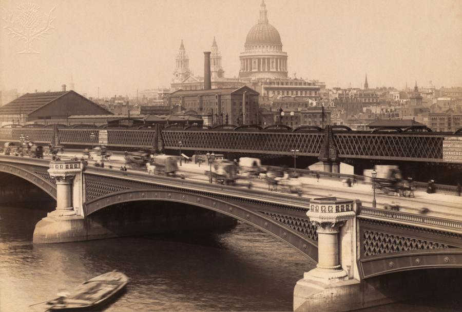 Vejen til London er et godt bud på underholdende ferielæsning til dig, der elsker romantiske romaner